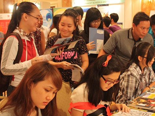 Các bạn trẻ tìm hiểu kỹ để lựa chọn ngành phù hợp thị trường lao động tại triển lãm du học Úc 2013 Ảnh: Quốc Thanh