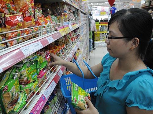 Người tiêu dùng không khỏi choáng ngợp trước hàng chục nhãn hàng mì gói với đủ chủng loại Ảnh: HỒNG THÚY