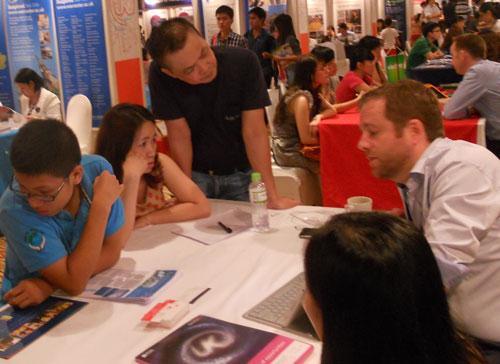 Các bạn trẻ tìm cơ hội du học tại triển lãm du học Anh