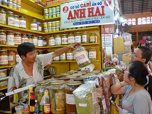Ông chủ sạp cà ri Anh Hai ở chợ Bến Thành đã lập website carianhhai.com để bán hàng Ảnh: TẤN THẠNH
