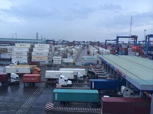 Nhiều giải pháp đã được Cục Hải quan TP HCM và Tổng Công ty Tân Cảng Sài Gòn đưa ra để giảm quá tải cho cảng Cát Lái Ảnh: SƠN NHUNG