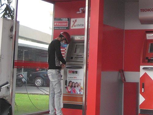Khách hàng rút tiền từ máy ATM của Ngân hàng Maritime trên đường Phổ Quang, quận Tân Bình, TP HCM
