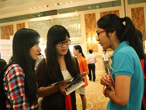 Các bạn trẻ tìm hiểu kinh nghiệm du học ÚcẢnh: QUỐC QUANG