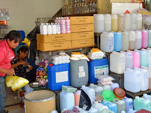 Mua bán hóa chất tại chợ Kim Biên, TP HCM Ảnh: TẤN THẠNH