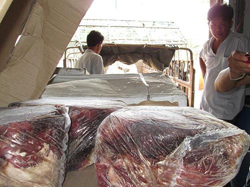 Lô thịt bò ngoại hết hạn sử dụng của Công ty Nhất Nguyên Phương, số lượng hơn 12 tấn bị cơ quan  chức năng buộc tiêu hủy hồi tháng 4-2014 Ảnh: NGỌC ÁNH