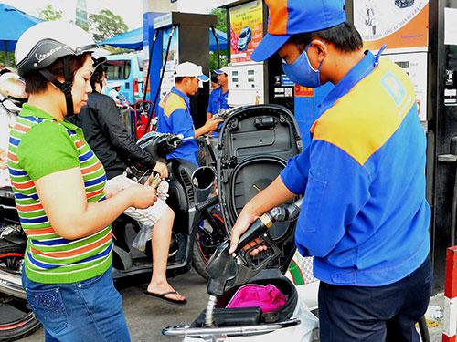 Giá xăng dầu giảm chỉ ảnh hưởng đến thu ngân sách, còn nhiều thành phần kinh tế khác đều có lợi  Ảnh: TẤN THẠNH