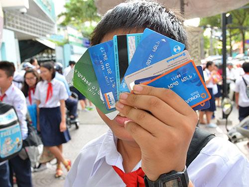 Theo dự thảo thông tư đang được Ngân hàng Nhà nước lấy ý kiến, trẻ từ 11 tuổi đến dưới 15 tuổi có người bảo lãnh sẽ được đứng tên sở hữu thẻ thanh toán Ảnh: TẤN THẠNH