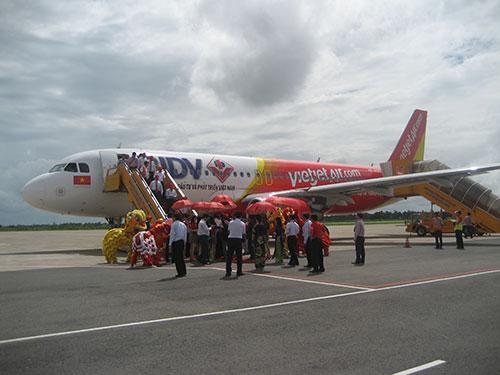 Chuyến bay Đà Nẵng - Cần Thơ đầu tiên đáp xuống sân bay Cần Thơ lúc 14 giờ ngày 22-7 Ảnh: PHẠM CÔNG