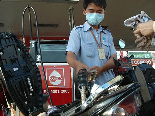 Điều hành giá xăng dầu hiện nay của cơ quan quản lý còn nhiều bất cập Ảnh: HỒNG THÚY