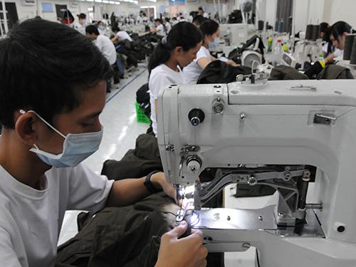 Dù xuất khẩu với kim ngạch rất lớn nhưng ngành dệt may vẫn đang nhập khẩu 70%-80% nguyên phụ liệu  Ảnh: HỒNG THÚY