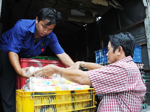 Công ty TNHH Ba Huân phân phối trứng gia cầm đến các đại lý Ảnh: HỒNG THÚY