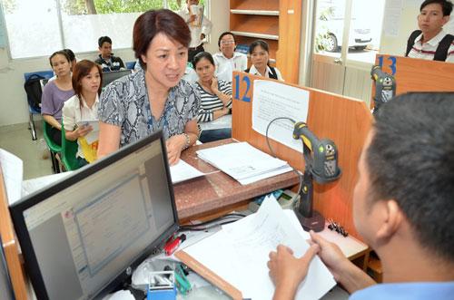 Làm thủ tục nộp thuế tại Cục Thuế TP HCM Ảnh: TẤN THẠNH
