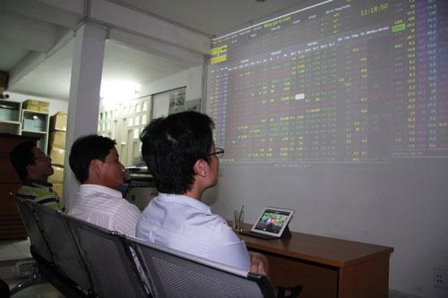 """Áp lực """"chạy"""" margin khiến nhà đầu tư bán mạnh cổ phiếu OGC trong chiều 27-10 Ảnh: HOÀNG TRIỀU"""