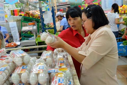 Khách hàng mua trứng được quản lý theo chuỗi thực phẩm an toàn tại siêu thị Co.opmart TP HCM Ảnh: TẤN THẠNH