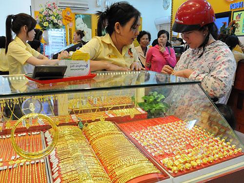 Mua bán vàng tại một cửa hàng ở TP HCM Ảnh: HỒNG THÚY