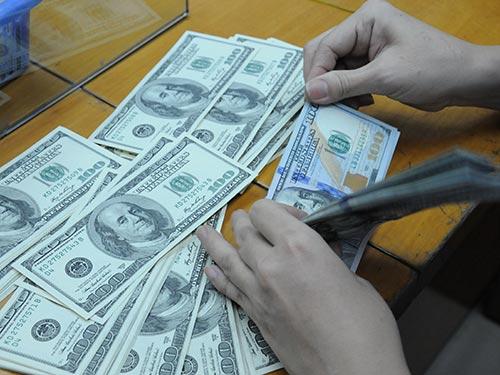 Mua bán USD trên thị trường tự do đã bị cấm nhưng nếu khách hàng có nhu cầu, mua bao nhiêu cũng có Ảnh: Hồng ThÚY