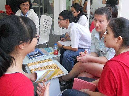 Học sinh Việt Nam trao đổi kinh nghiệm du học với các sinh viên Mỹ tại hội thảo do EF Việt Nam tổ chức