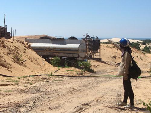 """Sau khi các doanh nghiệp khai thác titan rút đi, nhiều nơi ở tỉnh Bình Thuận chỉ còn là những cồn cát """"chết"""" trắng xóa, địa hình bị cày nát.Ảnh: BẠCH LONG"""