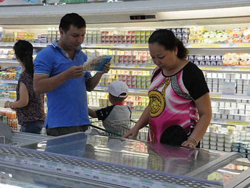 Người tiêu dùng đang có xu hướng chuyển sang mua sắm tại các siêu thị, cửa hàng tiện lợiẢnh: HỒNG THÚY