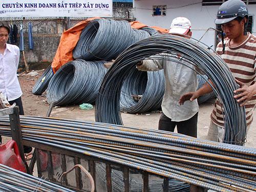Tám tháng đầu năm, Việt Nam phải bỏ ra 2,3 tỉ USD để nhập khẩu sắt thép từ Trung Quốc, trong khi  hàng sản xuất trong nước tồn kho không bán được Ảnh: TẤN THẠNH