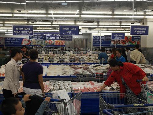 Khách mua hàng tại quầy thực phẩm tươi sống ở Metro An Phú - quận 2, TP HCM