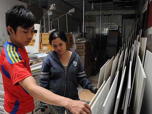 Vật liệu xây dựng, hàng trang trí nội thất do Trung Quốc sản xuất đang chiếm lĩnh thị trường Ảnh: HỒNG THÚY