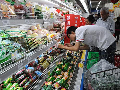 Hiện mỗi hệ thống siêu thị có hàng trăm, thậm chí cả ngàn mặt hàng nhãn riêng đang cạnh tranh trực tiếp với hàng của nhà sản xuất Ảnh: Hồng Thúy