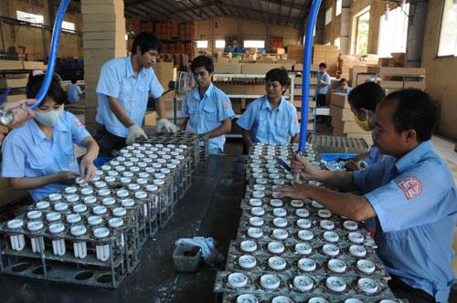 Sản xuất bóng đèn tại Công ty CP Bóng đèn Điện Quang (TP HCM)Ảnh: HỒNG THÚY