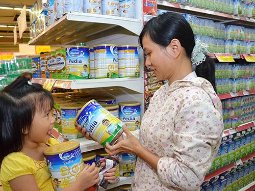 Quyết định áp giá trần đối với 25 sản phẩm sữa dành cho trẻ em của Bộ Tài chính đã phát huy tác dụng khi nhiều hãng sữa đang bắt đầu giảm giá bán Ảnh: TẤN THẠNH