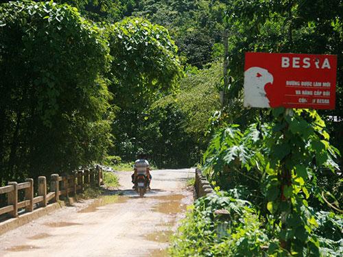 Con đường vào Nhà máy Vàng Phước Sơn do Tập đoàn Besra xây dựng nay đã xuống cấp trầm trọng