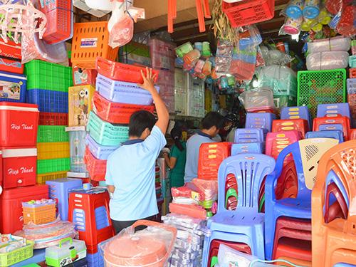 Hàng nhựa Việt Nam chiếm lĩnh tại các cửa hàng trên đường Lê Quang Sung, quận 6, TP HCM Ảnh: TẤN THẠNH