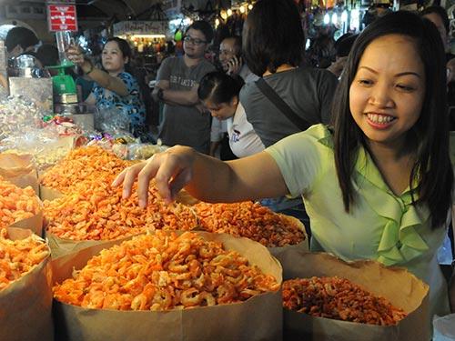Khách hàng mua sắm tại chợ Bến Thành (TP HCM)     Ảnh: Hồng Thúy