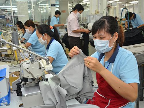 Nhiều doanh nghiệp dệt may đang chuyển sang nhập nguyên phụ liệu từ Đài Loan, Hàn Quốc, Indonesia… Ảnh: TẤN THẠNH