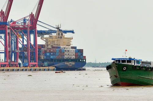 Xếp dỡ hàng hóa tại cảng Cát Lái Ảnh: TẤN THẠNH