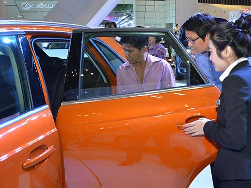 Nhu cầu mua ô tô của người dân đang tăng lên nhờ tín hiệu tốt từ nền kinh tế và các ưu đãi về thuế, phí Ảnh: TẤN THẠNH