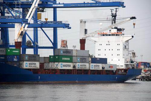 Bốc dỡ hàng hóa tại cảng Cát Lái, TP HCM Ảnh: TẤN THẠNH