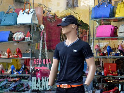 Một cửa hàng chuyên bán hàng xách tay trên đường Cách Mạng Tháng Tám, quận 1, TP HCM. Ảnh: Tấn Thạnh