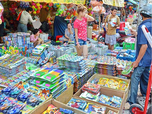 Đồ chơi trẻ em do Trung Quốc sản xuất được bày bán rất nhiều ở chợ Bình Tây, TP HCM Ảnh: Tấn Thạnh