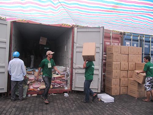 Nhân viên cảng VICT đang kiểm đếm lô hàng 14 container