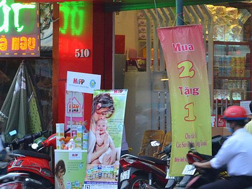 Một cửa hàng chuyên bán hàng xách tay trên đường Nguyễn Thị Minh Khai, quận 1, TP HCM Ảnh: TẤN THẠNH
