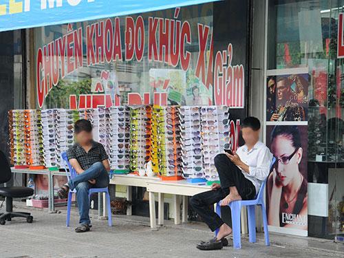 """Người tiêu dùng nên thận trọng với các đợt bán mắt kính khuyến mãi """"khủng"""" Ảnh: HỒNG THÚY"""