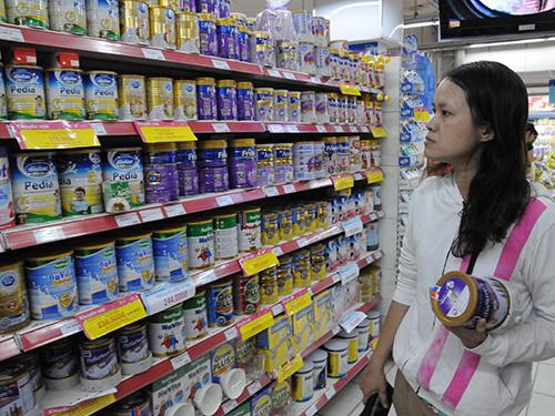 Theo Bộ Tài chính, từ ngày 21-6, người tiêu dùng sẽ được mua sữa với mặt bằng giá mới thấp hơn giá cũ Ảnh: HỒNG THÚY