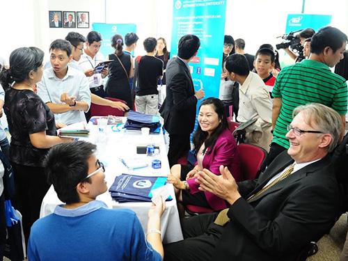 Học sinh, phụ huynh trao đổi thông tin với đại diện các trường tại triển lãm chương trình liên kết đào tạo  Việt Nam - Mỹ chiều 30-5 Ảnh: ĐẶNG TRINH