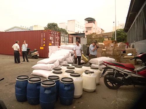 Một lô hàng hóa chất không nhãn mác nhập lậu bị lực lượng QLTT TP HCM bắt giữ