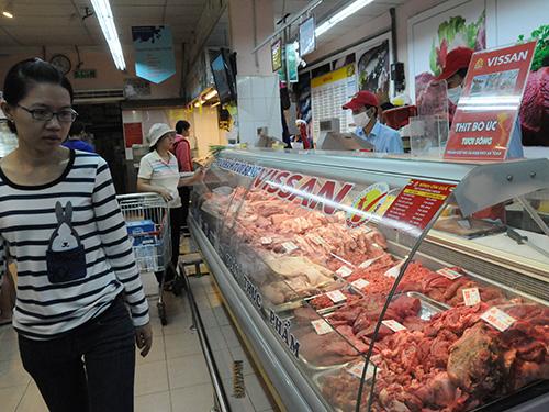 Hiện thịt bò Úc nhập khẩu được bán bằng giá với thịt bò nội địa và sẽ còn rẻ hơn khi Việt Nam tham gia các hiệp định thương mại Ảnh: HỒNG THÚY