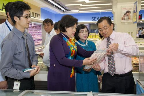 Phó Bí thư Thành ủy TP HCM Nguyễn Thị Thu Hà và Phó Chủ tịch UBND TP Nguyễn Thị Hồng (thứ 2 và thứ 3 từ phải sang) tham dự Tuần lễ hàng Việt Nam ở siêu thị Fairprice, Singapore Ảnh: THU HƯƠNG