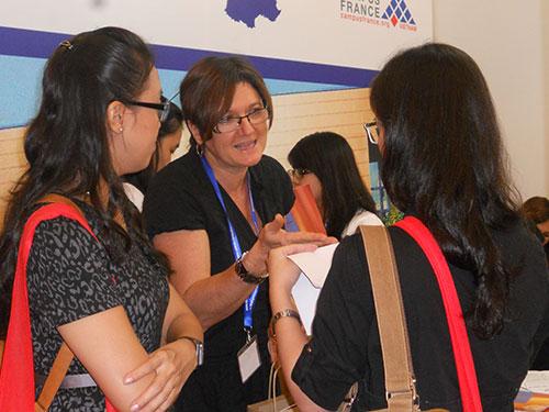 Tìm hiểu du học tiến sĩ tại Pháp trong triển lãm du học sau ĐH do Campus France tổ chức năm 2013   Ảnh: PHAN NGÔ