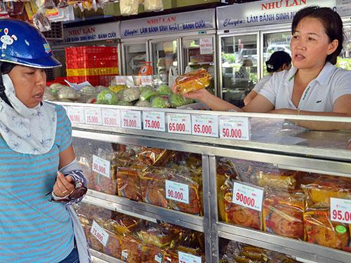 Khách mua bánh trung thu tại cửa hàng bánh Như Lan Ảnh: Tấn Thạnh