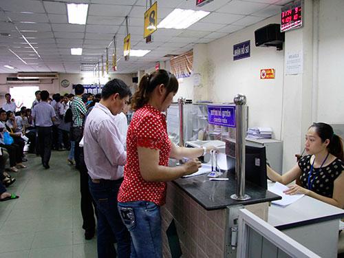 Doanh nghiệp làm thủ tục ở Sở Kế hoạch và Đầu tư TP HCM Ảnh: HOÀNG TRIỀU