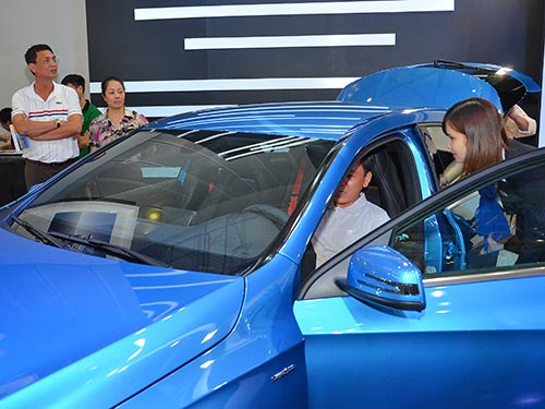 Khách hàng chọn mua ô tô tại một salon trên đường Điện Biên Phủ, quận Bình Thạnh, TP HCM Ảnh: TẤN THẠNH
